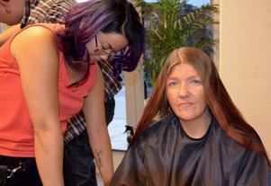 Lotta Ovcar blir ompysslad av frisören Dorion Chang.