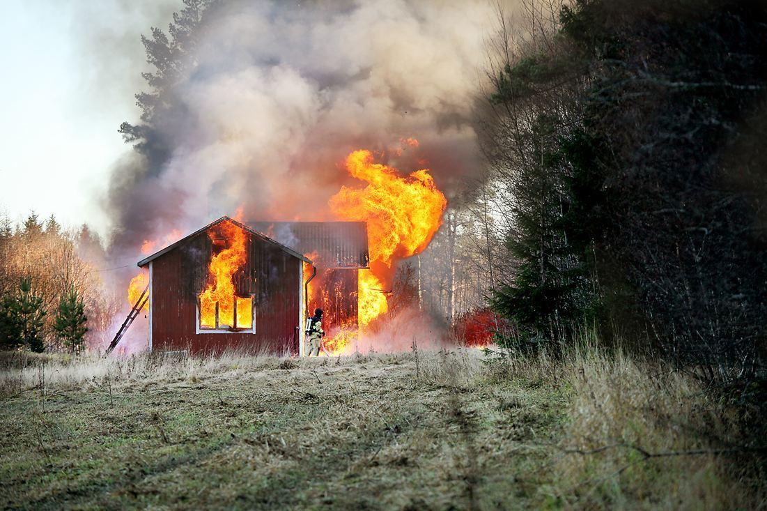 Slog kvinna och satte eld pa huset