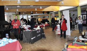 Folkets Hus foajé hade förvandlats till marknad med utställningar och försäljning av allehanda produkter.