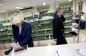 Eva Rörström är anställd av Samhall och jobbar med att packa de glasögonbågar som ska skickas ut för provning till kunder runt om i Sverige och Tyskland.Foto: Håkan Luthman