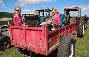 Ronja Nilsson och Thea Svensson har så skönt i vagnen att de sitter kvar även efter cruisingen.