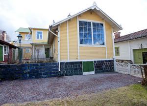 Karin och Carl Larsson lät terrassera tomten med en mur av slaggsten. Ateljéfönstret syns utifrån, men är alltså igensatt inifrån.