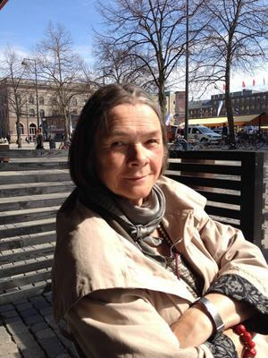 Ann-Marie Björk får ett kulturhistoriskt tack för sitt arbete med Hedvig Ulfsparres textilsamling.