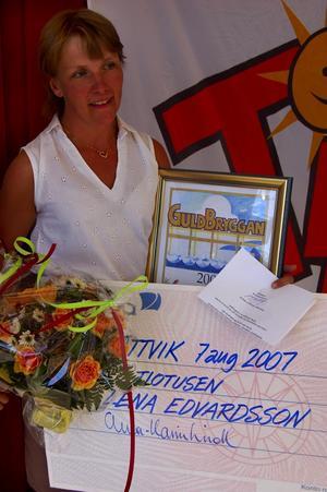 Guldbryggevinnaren. Lena Edvardsson från Vikarbyn vann för sina insatser i ungdomsidrotten för IK Jarl. Foto:Christian Larsen