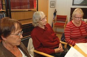 Sjunger. Irja Rautala, Martta Hautala och Marja-Lena Korhonen avslutar träffen med att sjunga en sång som Martta Hautala skrivit.
