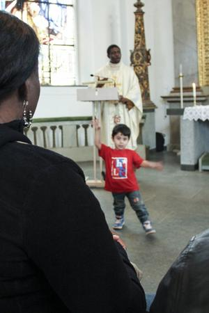 Eddie Darakje tar några danssteg under predikan.