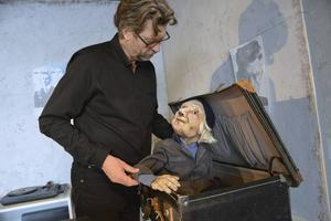 Lars Sonnesjö och dockan Signe.