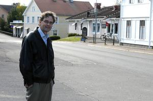 Att Torsten Larsson inte röstade emot och reserverade sig mot beslutet att hyra ut Snöå Bruk, försvarar han med att han inte ville gå emot alliansen.