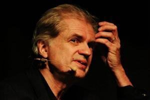 Östersundsbördige Arne Sundelin har skrivit en roman om Bob Dylan, tjuven och mytomanen som skapade sin egen persona.
