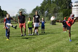 Fotbollsskolan pågår i en vecka och har i år 20 deltagare, 19 killar och en tjej.