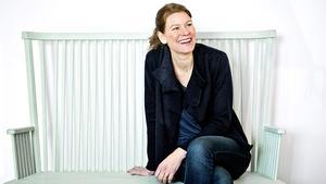 """Möbeldesignern Emma Olbers vill skapa miljövänliga produkter. Hon sitter i sin egen soffa """"Greta"""", som liknar en utdragen pinnstol och är tänkt att passa i ett kök eller i en hall."""