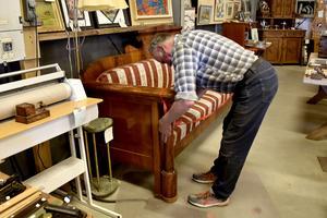 Bertil Karlsson är rädd om soffan och skyddar den, både från besökare som vill vila benen och sina egna hundar, med ett avspärrningsband.