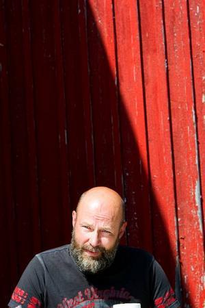 """Benny Hällberg driver en snickeri- och målarfirma i Vigge utanför Svenstavik. Han har hittills utfört två jobb där ROT-avdraget tillämpats. """"Jag ska ge det en tid. Om det inte fungerar lägger jag ner verksamheten"""", säger han."""