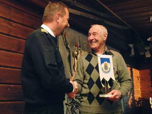 John-Erik Olofsson avtackas av länspolischef Stephen Jerand.Foto: Elisabet Rydell-Janson