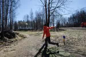 Utspelsplatsen kallas för tee. Här gör Thomas Johansson ett långt utkast. Han måste ta sig runt på vänster sida om träden längre fram. Men kastar han för långt åt vänster hamnar han