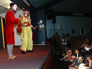 Clownshow. Manne och Olle lockade till många skratt på klassiskt clownmanér. Foto:Jenny Lagerstedt
