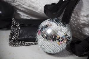 Disco Daze. Väska med kedjor, och platåpumps i 70-talsretrostuk från Scorett.