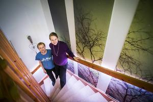 Belysningen i trappen styrs av närvaro och aktuella ljusförhållanden. Britta Andres och Stefan Haller tycker att poängen med ett smart hem är att det ska underlätta vardagen och göra den mer bekväm.