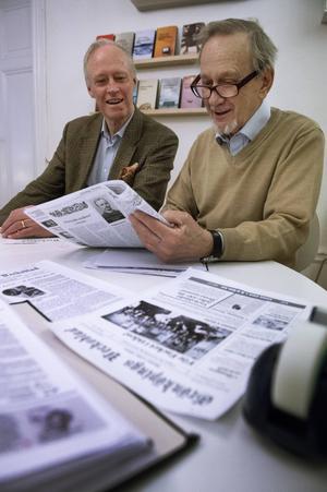 Satirtidningen Grönköpings Veckoblad firar 100-årsjubileum. Medarbetare Ulf Aspengren i samspråk med chefredaktör Ulf Schöldström.