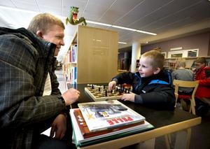 Fyraårige Kaspers är med pappa Lars-Göran Boström på biblioteket, för barnböckerna hemma är utlästa. När de ändå är här passar de på att ta ett parti schack.