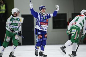 David Karlsson jublar efter ett av sina två hörnmål mot VSK.
