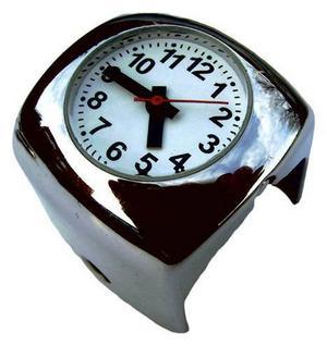 Den här fräcka klockan är svenskdesignad och sätts fast på styrstången på din mc. Den finns i tre storlekar och passar de flesta motorcykelstyren. Klockan finns i krom eller mattsvart. Du hittar den på www.ovanligaklockor.se där den kostar 295 kronor plus frakt.