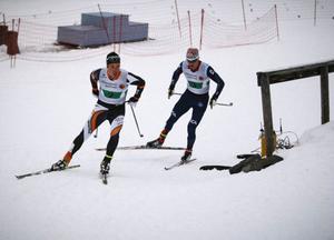 Calle Halfvarsson går ut i ledning på slutsträckan, men Teodor Peterson gick både ikapp och förbi för att även vara starkast i spurten.