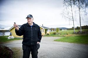 Alf Persson är missnöjd över Telias mobiltäckning i Lenninge. När telefonen ringer får han gå ut och sedan stå blickstilla för att det inte ska brytas.