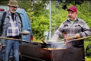 Gert Eklund stekte kolbullar över öppen eld, tillsammans med kollegan Anders Norgren.