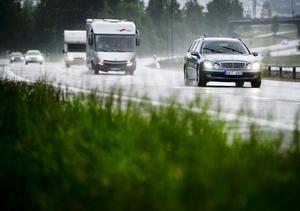 Fördelen med dåligt väder i midsommar är att trafiken blir lite mer sansad, enligt Mona-Lill Landström på NTF Västernorrland.