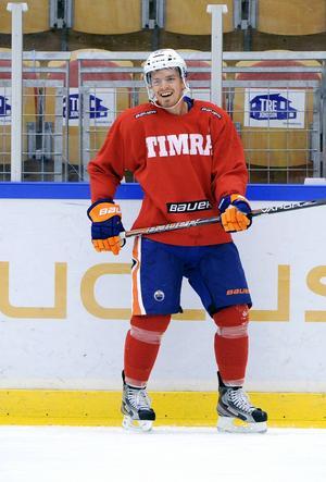 Anton Lander under en träning med Timrå IK. Att han stannade kvar länge i Sverige den här sommaren är en anledning till att han imponerat under försäsongen.