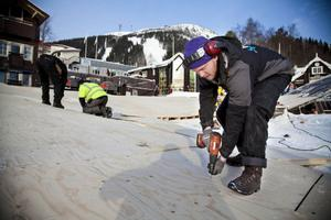 Snickaren Johan Tjäder har en del att stå i den närmaste tiden. Senast nästa torsdag ska hela isbanan i Åre vara klar.  – Jag har inte ens byggt en skateboardramp tidigare, men det här bygget blir fint att visa upp i mitt cv framöver, säger Tjäder.
