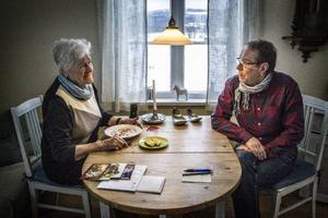 Börje Lundin har gjort fika till Märta Westman i Västanede.