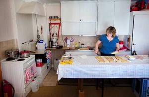 Medlemmarna i bygdeföreningen turas om att stå i kassan och att baka. Alla jobbar ideellt och i dag är det Majlis Ek och Yvonne Bergmans tur i köket.Foto: Håkan Luthman