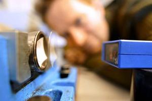 Urban Carlson studerar programmeringen av ventilstyrningen med hjälp av en laser och ett stroboskop.