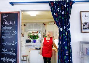 Majlis Nyman Falkelind tycker att det ideella arbetet åt Röda korset ger henne otroligt mycket tillbaka i form av gemenskap och en tillfredsställelse att hjälpa andra. Bland annat jobbar hon med caféverksamheten i secondhandbutiken Kupan. Foto: Ulrika Andersson