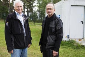 Bakom Conny Simonsson och Jan Andersson, maskinmästare på vattenverket i Minnesgärde, står det vita skjulet som röret med filtret är. Inne i skjulet råder fotoförbud.