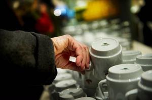 Skrammel med kaffe-koppar på ett café bidrar lätt till en bullrig ljudmiljö om inte in- redningen är genomtänkt.