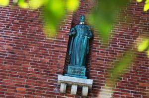 Sweet art-trenden fortsätter i Östersund. Såväl Afrodite utanför Länsbiblioteket som Justitia högt uppe på Tingshuset har fått estetiskt genomtänkta utsmyckningar.