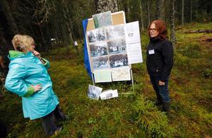 """Ing-Marie """"Pim"""" Pettersson Jensen (till höger), chef för kulturmiljöenheten på Norbergs kommun, fanns på plats för att guida besökare och berätta om historien bakom Digerkälla."""