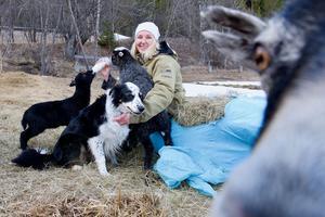 Karin Wikberg med några av sina djur hemma på Skansen i Tännäs.