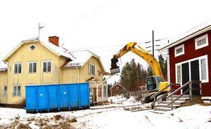 En grävmaskin har satt skoptänderna i verandan till det sista hyreshuset i Lillstup, en by som nu försvinner –även om en privatbostad finns kvar.