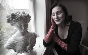Sångerskan och Piafuttolkaren Annika Winhagen uppmärksammade Edith Piafs 100-årsjubileum.