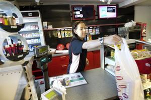 Martina Fernqvist hade ganska lugnt i butiken vid tiotiden under fredagsförmiddagen.