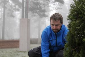 Anders Bergström, tillförordnad kyrkogårdsföreståndare, gör de sista justeringarna inför invigningen av nya askgravlunden på Berglunda kyrkogård i Sörberge.