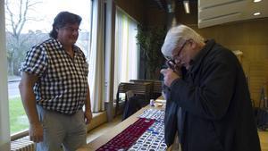 Jan Asplund inspekterar ett av Christer Skarings mynt.