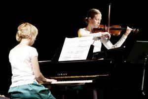 Violinisten Maja Björklin imponerade. Hon ackompanjerades på flygeln av pianopedagogen Kerstin Larsson.