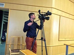 Både riks- och regional-tv fanns på plats när beslutet om stödet till Modo Hockey skulle klubbas igenom i kommunfullmäktige. Här Tomas Sundberg på SVT Västernorrland.