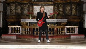 Janne Schaffer bjuder på en musikalisk resa på Södra berget den 15 november.
