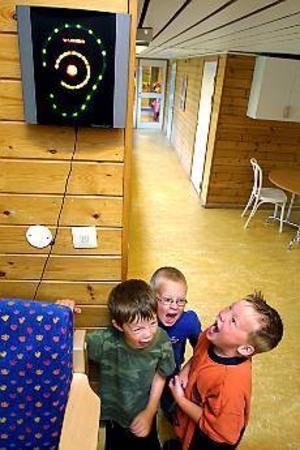 Foto: LEIF JÄDERBERGÖronbedövande. Emil Forsberg, Kenny Eklund och Jakob Resare kommer utan problem upp i 85 decibel, gränsen för att varningsörat ska lysa rött, och för att man inte ska få arbeta utan hörselskydd.